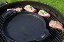 Grilujeme po stranách grilu, v tomto případě gril na dřevěné uhlí Weber One-Touch Premium s litinovou pánví BBQ.