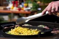 Směs na pánvi dochutíme solí a pepřem a dál mícháme. Při přípravě jsme použili kukuřici mraženou, výsledek byl vynikající.