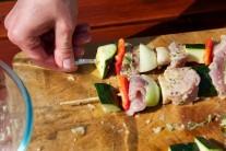 Cuketu a papriku nakrájíme na podobně velké kusy, žampiony přepůlíme, rajčátka ponecháme vcelku. Na špízy napichujeme střídavě kousky masa, prokládáme zeleninou. Grilujeme na středním žáru nepřímým grilováním.