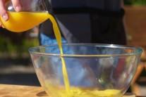 V druhé míse smícháme med s pomerančovou šťávou, kůrou z limetky, zázvorem a lehce osolíme. Tuto směs budeme svařovat do zhoustnutí na litinové pánvi ve středu grilu.