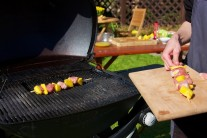 Připravené špízy vkládáme na rozpálený rošt grilu a grilujeme po dobu 10 - 15 minut., průběžně otáčíme a kontrolujeme ypické zlatohnědé mřížkování. Ke vkládání potravin do grilu se nám osvědčilo grilovací náčiní Weber Style.