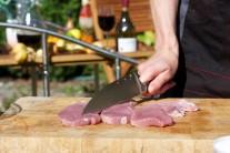 Plátky kýty naklepeme paličkou na maso nebo použijeme tupou hranu nože. Maso osolíme a opepříme.