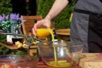 Do marinovací směsi přidáme šťávy vymačkanou z čerstvých pomerančů.