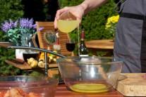 A poté do marinovací směsi přidáme šťávu z čerstvých citronů.