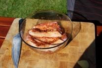 Po vyjmutí z chladu necháme maso ohřát při pokojové teplotě po dobu 30 minut. Rychleji se nám potom na grilu prohřeje.
