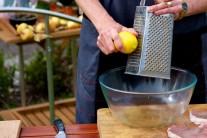 Následně k oleji přistrouháme citronovou sťávu a strouhanou kůru, nasekaný čerstvý tymián, třený česnek a hrubý pepř. V případě, že nemáme čerstvý tymián, můžeme použít i sušený.
