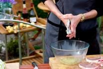 Česnek do marinády prolisujeme na lisu na česnek nebo rozmáčkneme nožem a najemno nasekáme.