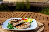 Grilované kotlety podáváme s čerstvým pečivem a libovolným zeleninovým salátem. Pro zpestření můžeme nabídnout některou z lahodných omáček ke grilovanému masu z řady Weber.