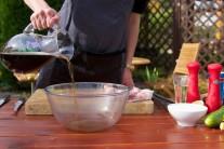 Tmavé pivo přelijeme do větší mísy, přidáme kvalitní slunečnicový olej a rozetřený česnek, vymícháme marinádu, do které vložíme připravené osolené a opepřené maso.