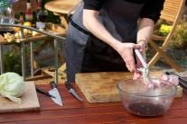 Pokud si při přidávání česneku do pokrmů dáme práci s vyjmutím jednotlivých malých klíčků ze stroužků, bude pokrm mnohem lépe stravitelný. Tento trik  můžeme samozřejmě využít i při přípravě topinek či pomazánek.