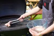 Naložené maso vkládáme na rozpálený grilovací rošt. Grilujeme metodou nepřímého grilování. My jsme vyzkoušeli plynový  gril Weber Q320, který má dvě topné spirály, jednu pro přímé a druhou pro nepřímé grilování. Regulace teploty na tomto grilu je velmi snadná.