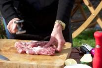 Vepřovou krkovici naklepeme paličkou na maso nebo tupou hranou nože. Osolíme, opepříme a odložíme stranou do chladu. Maso nakupujeme na grilování vždy čerstvé, nemražené, nejlépe na farmářských trzích nebo přímo od chovatele.