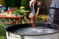 Před vložením na gril maso lehce osušíme. Krkovici grilujeme metodou přímého grilování z každé strany po dobu 6 - 8 minut. Maso kontrolujeme a průběžně otáčíme. V průběhu grilování můžeme potřít ještě jednou zbytkem marinády.