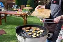 Jako přílohu ke grilované krkovici je možné opéct na grilu čtvrtky nakrájených brambor, jež před vložením do grilu potřeme lehce olejem.