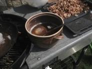 Horké vyškvařené sádlo opatrně přelijeme do připravené nádoby, např. keramického hrnce.