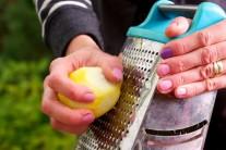 Do marinády patří také citrónová kůra.