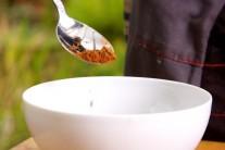 Nyní si připravíme marinádu. Budeme k tomu potřebovat 3 lžičky kávového koření s chili......