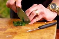 K vepřovému boku si můžeme připravit jednoduchou česnekovo-paprikovou omáčku.