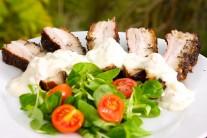 K vepřovému boku s estragonem a česnokovo-paprikovou omáčkou podáváme čerstvou zeleninu a pečivem.