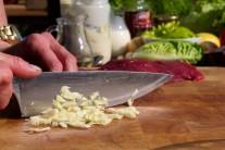 Česnek nasekáme nadrobno, můžeme ho též prolisovat nebo utřít s trochou soli. Pokud vyjmeme  česneku zelený klíček, bude lépe stravitlený.