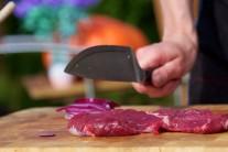 Steaky lehce naklepeme paličkou na maso nebo tupou hranou nože. Maso nesolíme, odložíme stranou a připravíme si marinádu.