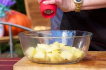 Brambory oloupeme a uvaříme do měkka v osolené vodě. Horké vsypeme do mísy a dochutíme solí a pepřem.