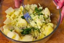 Směs bazalky a oleje smícháme s vařenými brambory, některé brambory rozmačkáme, u někteých můžeme nechat kousky větší. Ochutnáme, popřípadě ještě dochutíme.