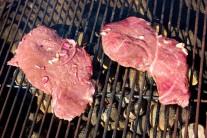 Detail masa na grilu i se zbylou marinádou.