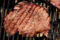Ugrilovaný steak má ve finále velmi lákavou barvu a opečené mřížky mu dodávají nádech luxusu. Zbylou marinádu prohřejeme a necháme zredukovat na polovinu.