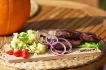 Servírujeme na nahřátých talířích nebo na dřevěném prkénku, s připravenými brambory a zeleninovou oblohou. Hotový steak zakápneme zredukovanou marinádou.