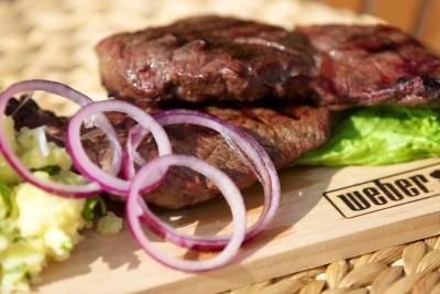 Steak na červeném víně se šťouchanými brambory