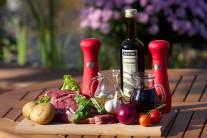 Na přípravu steaku na červeném víně se šťouchanými brambory si připravíme především pěkné steaky z roštěnce, červenou cibuli, balsamikový ocet, červené víno, olivový olej, česnek, čerstvou bazalku a pěkné brambory, nejvhodnější je varný typ A.