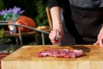 K přípravě steaků se solí a pepřem nepotřebujeme žádné zvláštní suroviny. Postačí nám kvalitní steaky z vysokého roštěnce silné cca 2 cm, sůl, pepř a kvalitní olivový olej.
