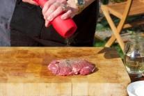 Při našem grilování jsme používali kořenky Weber v červené barvě. Silikonový povrch a porcelánový mlecí mechanismus nám učarovaly.
