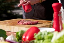 Steaky potřeme olejem a opepříme. Solíme až při servírování.