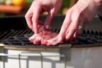 Naložené maso vkládáme do středu grilu, roztopeného na přímé grilování. My jsme v tomto případě použili v grilu vložený Gourmet BBQ systém - Sear Grate  s grilovacím roštem.