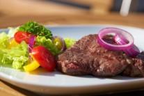 Servírujeme na nahřátých talířích nebo dřevěném prkénku. Solíme až při podávání. Jako příloha se hodí čerstvé pečivo a salát z čerstvé zeleniny.