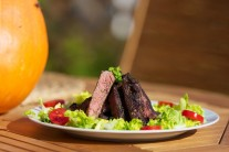 Rib eye steak můžeme servírovat například s čerstvou zeleninou. s hranolky či americkými brambory, nebo i s čerstvým chlebem a jiným pečivem..