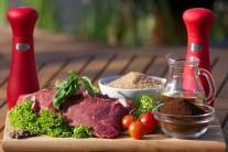Na přípravu budeme potřebovat pěkné steaky z vysokého roštěnce, mletou kávu, sůl, pepř, mleté nové koření a olivový olej. Na přílohu potom pečivo a oblíbenou zeleninu.
