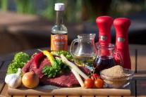 Na přípravu grilovaného flank steaku s chřestem budeme potřebovat hovězí pupek, česnek, olivový olej, tabasco, cibuli, zelenou petrželovou nať, chřest, víno a  sezamová semínka.