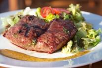 Na steaky si připravíme marinádu z nasekané bazalky, cibulky, citronové šťávy, soli, pepře, oleje. V míse důkladně promícháme a vložíme maso, necháme 1 hodinu uležet a poté grilujeme metodou přímého grilování po dobu 4 - 6 minut z každé strany.