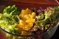Salát důkladně omyjeme, pomeranče oloupeme a rozdělíme na dílky. Pomeranč, salát i little gem nakrájíme na stejné kousky. Vysypeme do mísy a promícháme. Necháme stát.