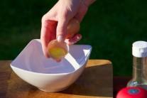 Z vajec použijeme na zálivku pouze žloutky, ty vložíme do menší misky. Vejce rozklepáváme po jednom v další nádobě, abychom si případným zkaženým kusem neznehodnotili ostatní suroviny.
