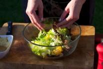 Připravený salát rozdělíme na porce a až  nakonec nalijeme zálivku. Podáváme jako přílohu k různým druhům mas.