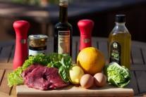 Na přípravu rump steaku si připravíme plátky z hovězí kýty, olej, ocet , čerstvou bazalku,citronovou šťávu, sůl, pepř. Na svěží salát budeme potřebovat křehký salát, pomeranč, little gem nebo čekankový puk, dále ještě žloutky a hrubozrnnou hořčici.