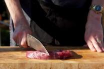 Před grilováním necháme maso 30 - 40 minut při pokojové teplotě. Plátky naklepeme paličkou na maso nebo tupou stranou nože.  Více zde: http://www.grilykrby.cz/album/fotogalerie-grilovany-steak-z-falesne-svickove/#steak-z-falesne-svickove-320-jpg