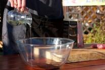 V míse smícháme olej se sekaným tymiánem a rozmarýnem. Před vložením masa do oleje s bylinkami maso osolíme a opepříme.