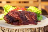 Protlak , víno, vývar a pepř svaříme v kastrůlku na grilu nebo na vařiči na 1/2 původního objemu. Touto omáčkou steaky při servírování poléváme.