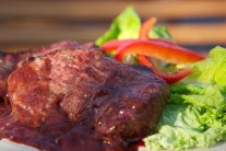 Pro milovníky ostrých pokrmů můžeme omáčku vylepšit feferonkou či čili.