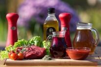 Na steak z falešné švíčkové si připravíme pěkné steaky. Nejlépe je kupovat maso u známého řezníka nebo přímo od chovatele. Dále nám nesmí chybět hovězí vývar, červené víno, rajčatový protlak, tymián - čerstvý nebo sušený, pepř rozmarýn a sůl.